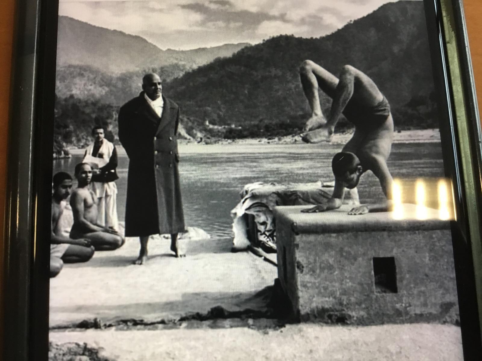Posizione yoga con sfondo lago